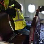 o nas technik interwencji na pokładzie samolotu dźwignia łokciowo-barkowa