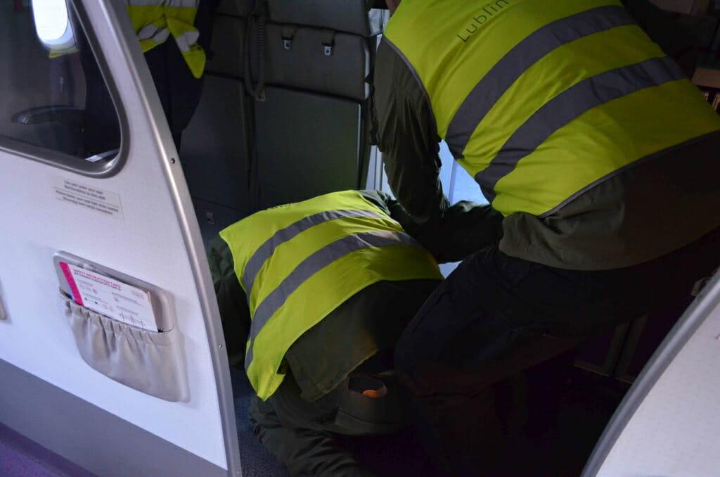 o nas techniki interwencji w samolocie dźwignia do kajdankowania